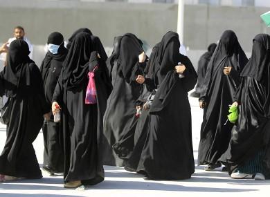 Vrasjet dhe masakrimet e femrave me ligjet islame Saudi-arabian-women-390x285