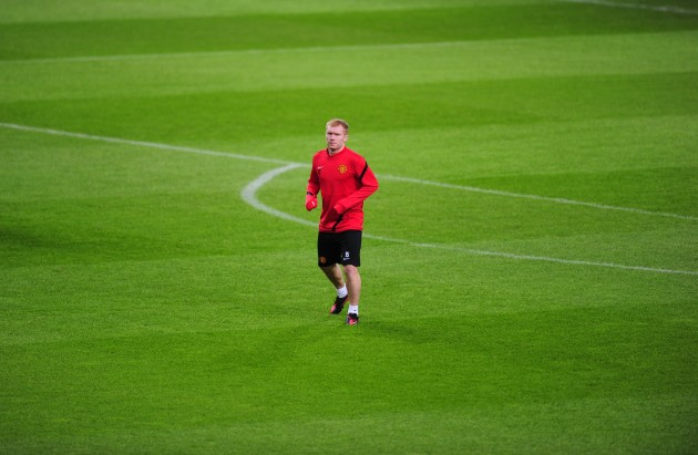 Manchester United's Paul Scholes warms up before training