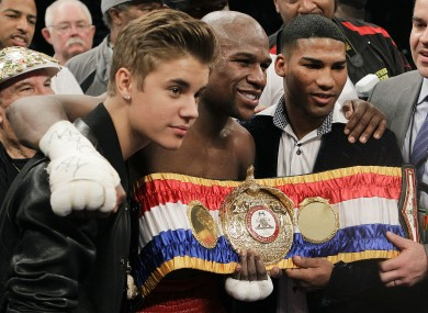 Mayweather poses with Justin Bieber and Yuriyorkis Gamboa after defeating Miguel Cotto. 
