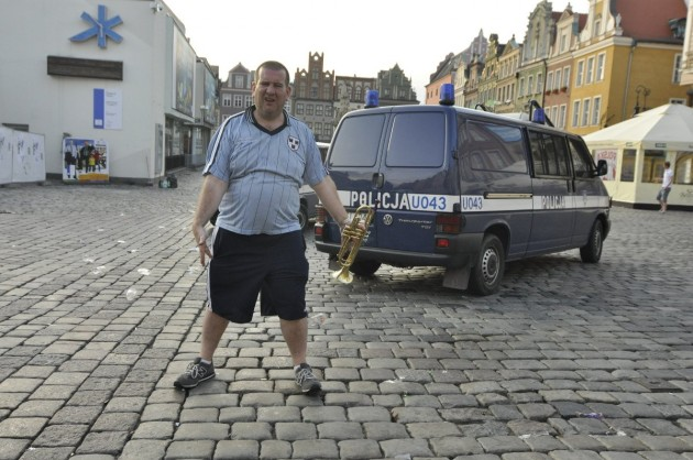 A_Dubliner_is_posing_in_front_of_Polish_police