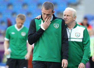 Giovanni Trapattoni speaks to Richard Dunne, as Ireland's new captain Damien Duff watches on.