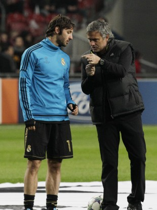 Esteban Granero admires a Mourinho magic trick.
