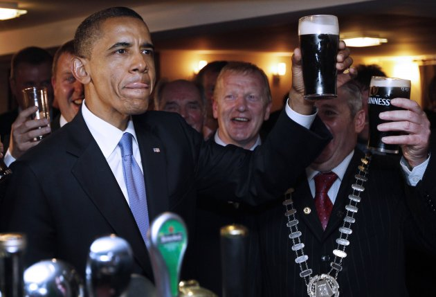 Obama drinks Guinness