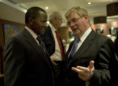 Eamon Gilmore speaks to a Kenyan businessman during a business breakfast in Nairobi this morning.