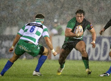 Denis Buckley runs at Treviso's Manoa Vosawai.