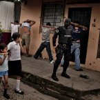 An anti-gang police unit searches for gang members in San Salvador last August. (Image: Toms Munita) 